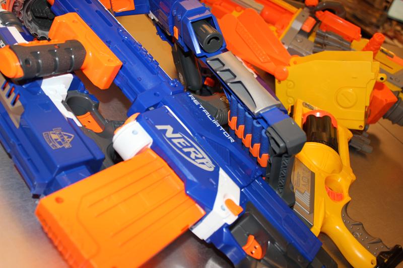Die Nerf Retailiator zwischen anderen Guns